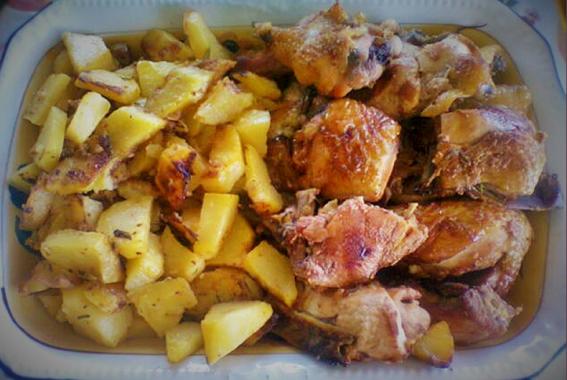 pirofila di porcellana con pollo e patate