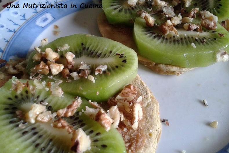 pancakes farciti con fette di kiwi e granelle di nocciola