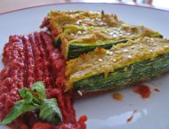zucchine tagliate a metà e ripiene con purea di lenticchie e salsa di pomodoro come guarnizione