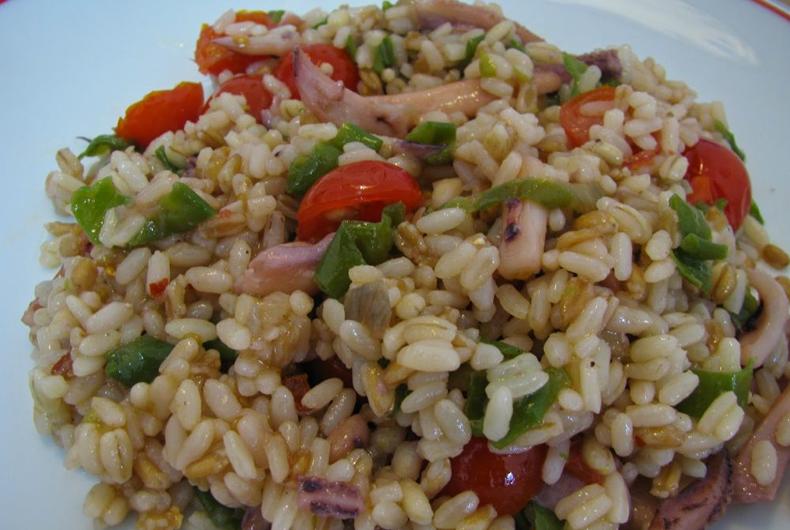 cereali misti con calamari friggitelli e pomodorini