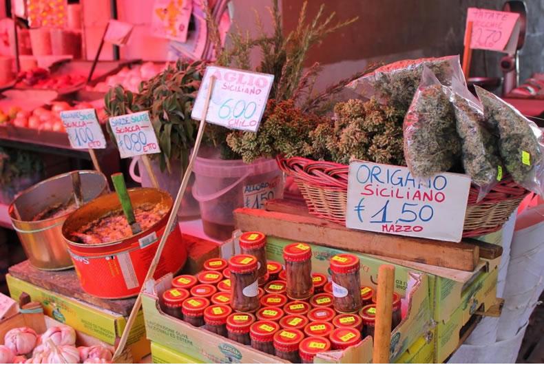 foro di un mercato siciliano con filetti di alici e origano