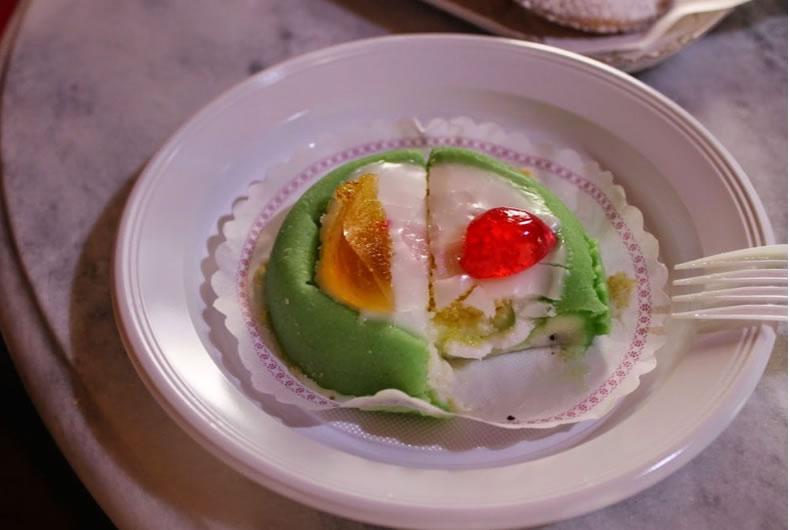 cassata siciliana in un piatto di plastica