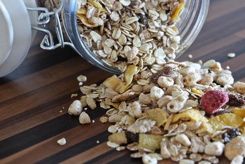 barattolo di muesli con fiocchi di avena e frutta secca