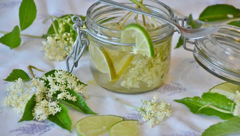 barattolo di succo di limone con erbe aromatiche