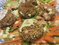 polpette vegetali di zucchine e ceci su letto di insalata mista