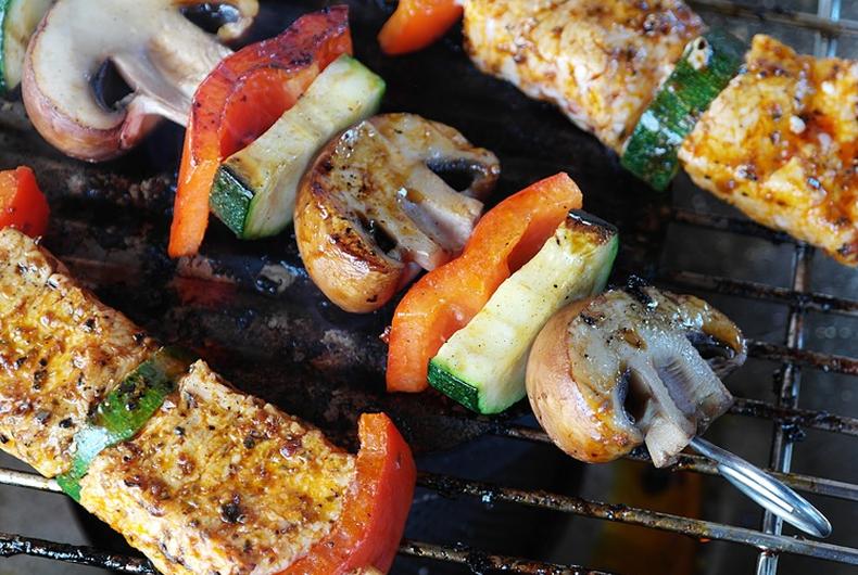spiedini di pesce spada con verdure miste