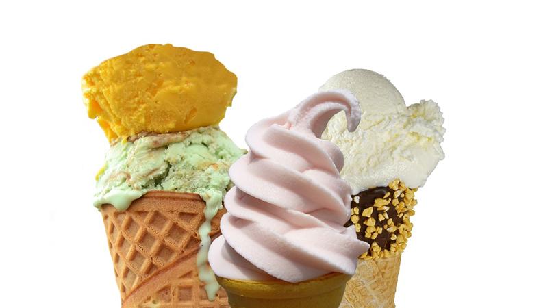 yogurt gelato in cono insieme a coni gelati
