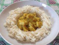 piatto con riso basmati a forma di corona e al centro pezzi di pollo al curry