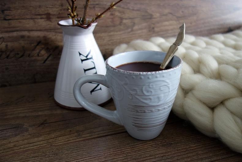 tazza di cioccolata fondente su tavolo di legno