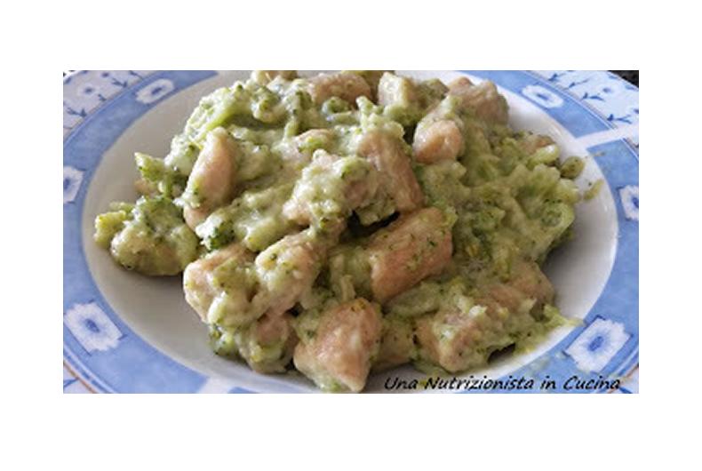 piatto di gnocchi con farina di segale broccoli e formaggio