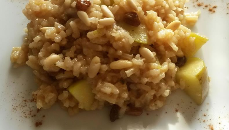 risotto con pezzi di mela, pinoli e uvetta con spolverata di cannella