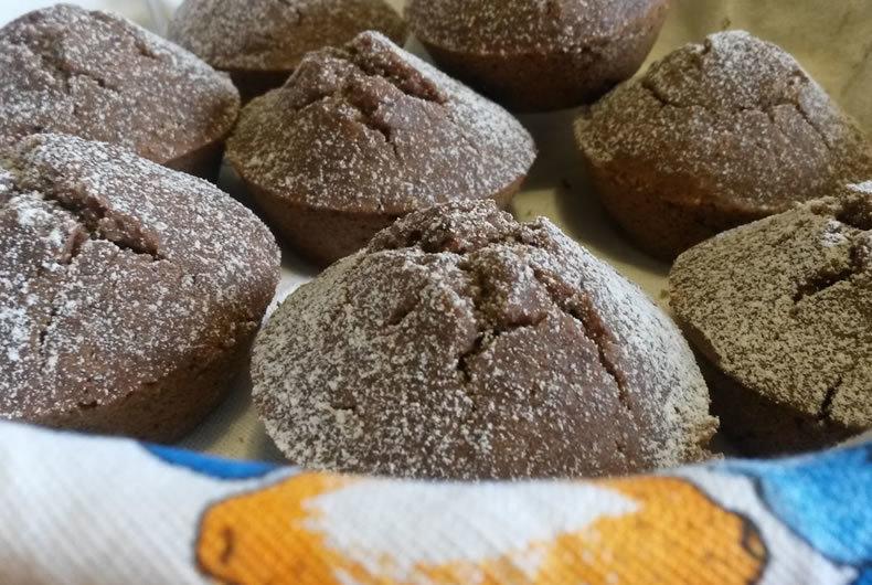 muffin alla nocciola e caffè senza glutine con zucchero a velo