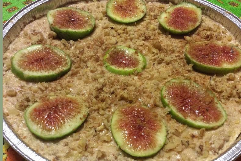 foto di cheesecake decorata con fichi e noci