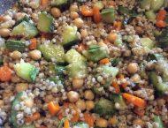 piatto di sorgo con zucchine e carote a tocchetti e ceci