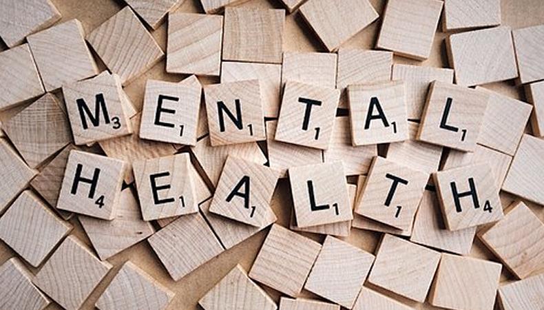 cubi di legno sparpagliati con scritta mental health
