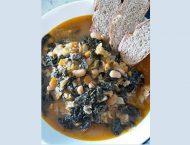 piatto di ribollita toscana con fetta di pane