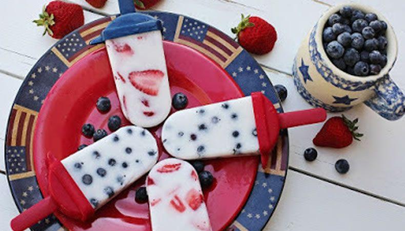 ghiaccioli fatti in casa con dentro mirtilli e fragole