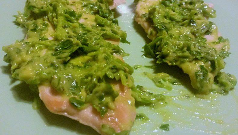 piatto con fette di petti di pollo con salsa di avocado e prezzemolo