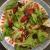 un piatto di insalata verde e fragole