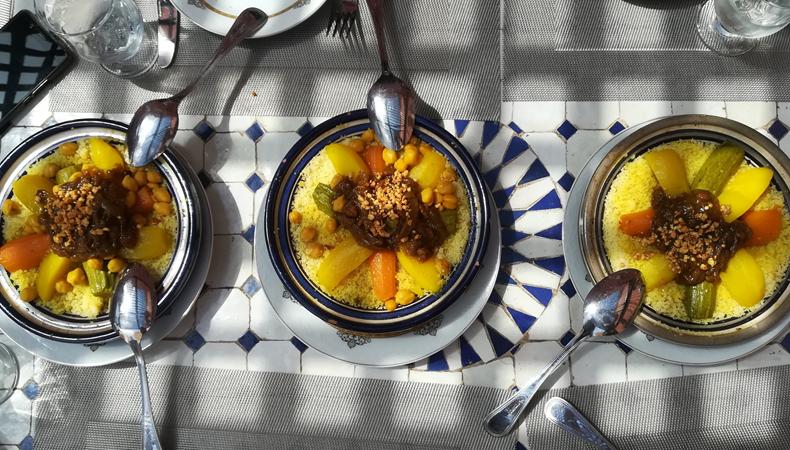 tavola con 3 piatti con cous di verdure