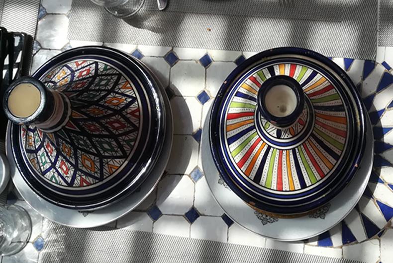 tavola apparecchiata con tajine colorate