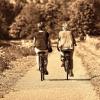 due donne di mezz'età che vanno in bicicletta al parco