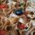 piatto di farfalle integrali con olive nere e pomodori