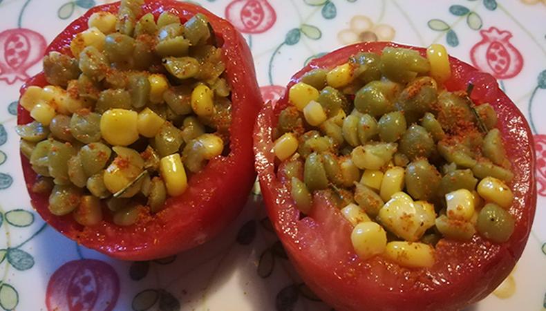 pomodori ripieni di piselli e chicchi di mais