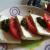 piatto di feta e pomodori a pezzi con pesto di prezzemolo