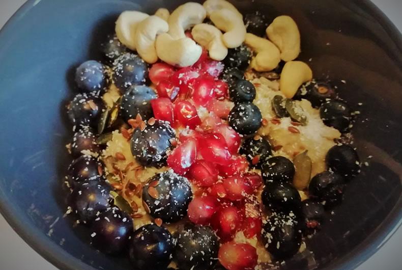 tazza di porridge con frutta mista