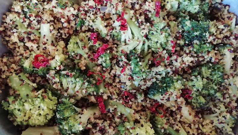 mix di quinoa con broccoli e peperoni cruschi