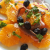 piatto di insalata a fette con olive nere, filetti di alici, cipolla