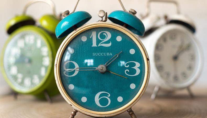 sveglie che indicano l'ora