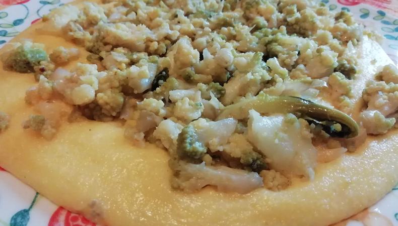 piatto di polenta con gorgonzola e broccolo romanesco