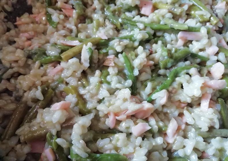 riso integrale con asparagi e salmone