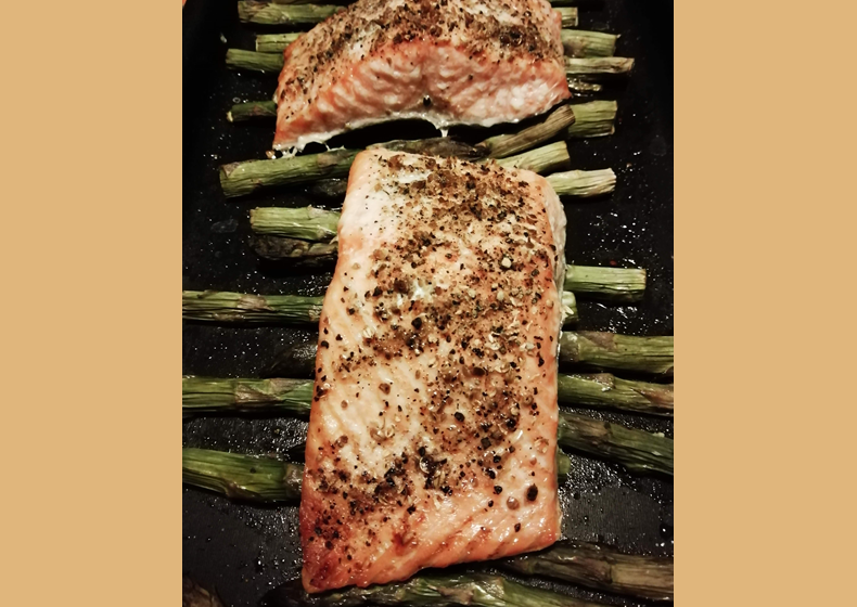 trancio di salmone al forno con asparagi