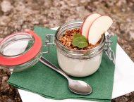vasetto di formaggio con mela e mandorle