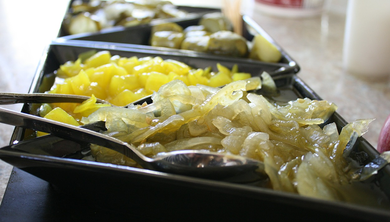 piatto di verdure fermentate per il benessere intestino