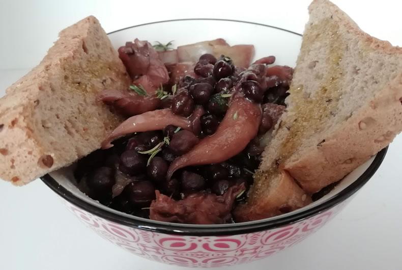 zuppa di ceci neri con funghi e fette di pane tostato