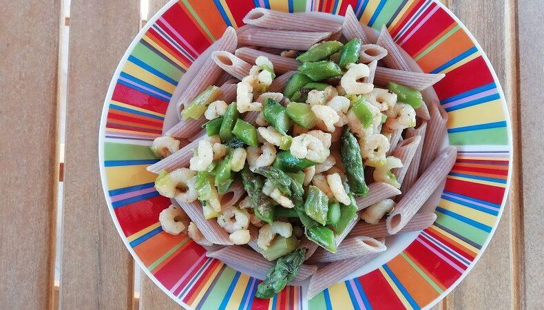 piatto di penne con gamberetti e asparagi